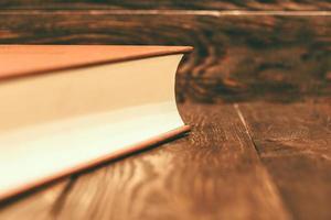 livro vintage em fundo de madeira