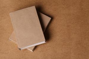 vista superior de la mesa de madera tumbada libros foto
