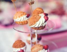 mesa de doces de casamento colorida com todos os guloseimas de chocolate