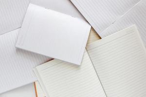 pila de plantilla de libros en blanco. sobre fondo blanco foto