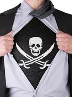 uomo d'affari con t-shirt bandiera pirata