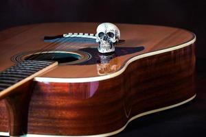 crâne sur la guitare acoustique
