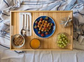 Frühstück im Bett serviert
