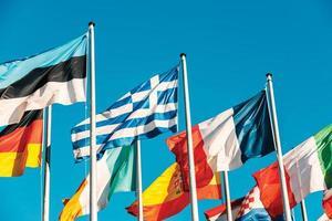 Bandera de Grecia ondeando frente al parlamento europeo foto