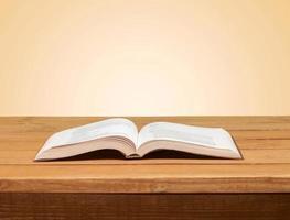 libro. libro aperto sul tavolo di legno su sfondo grunge