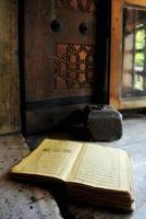 Corán en el alféizar de la ventana
