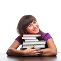 fille étreignant des livres