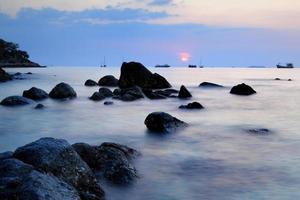 belo pôr do sol no mar de andaman, tailândia