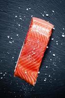 salmón salado y sal marina