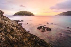 vista de la hermosa puesta de sol sobre el mar