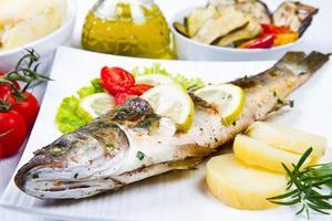 pescado, lubina a la plancha con limón y verduras