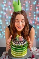niña con pastel de feliz cumpleaños