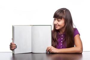 fille tenant un livre ouvert