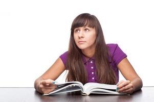 fille réfléchie avec livre