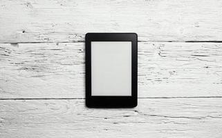 e-book reader of tablet pc op houten achtergrond