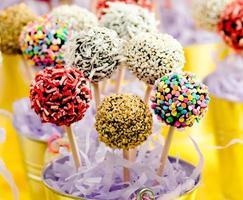 bolinhos coloridos nos pequenos baldes