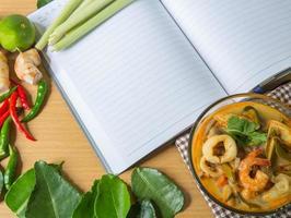 tom yum sopa de especias tailandesa, libro, comida tailandesa popular foto