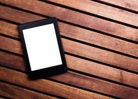 Lecteur e-book ou tablet pc sur fond de bois