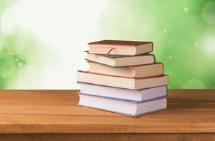 Vintage alte Bücher auf Holzdeck Tischplatte gegen Grunge Wand