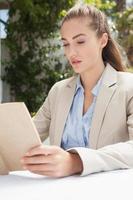 hermosa mujer de negocios leyendo un libro foto