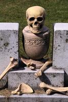 Schädel und Knochen auf Krypta