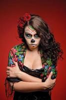 mujer enojada en maquillaje para dia de los muertos