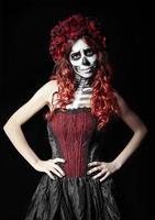 droevige jonge vrouw met calavera-make-up (suikerschedel)