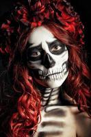 portret van verdrietig jong meisje met muertosmake-up (suikerschedel)