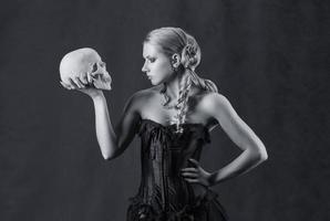 linda mulher com uma caveira, preto e branco