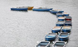 bote de remos en el estanque en el parque chidorigafuchi. foto