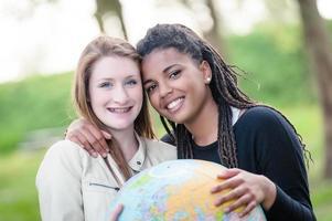 pareja multirracial de amigos con mapa del mundo foto