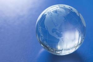 helderglazen bol met blauwe achtergrond