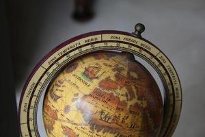 wereldbol met afrika, europa en een puntje van amerika