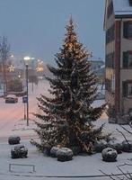 kerstboom schijnt fel