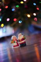 m. et mrs. clause avec des lumières de Noël