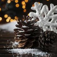 cartão de natal com neve e bolas