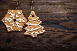 biscoitos de gengibre sobre fundo de madeira