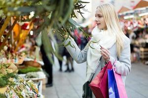 cliente garota escolhendo eucalipto