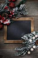 decorações de Natal em fundo de madeira de tábuas envelhecidas.
