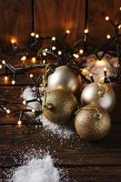 tarjeta de navidad con nieve y bolas