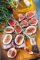 Dorado fish with lemon and figs
