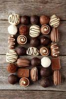 chocolates em fundo cinza de madeira