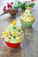 cupcakes com formato de árvore de natal na madeira