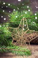 composición decorativa de navidad sobre fondo de madera