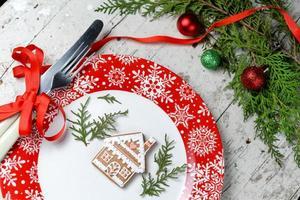 kerstversiering voor de tafel met rode schaal en bestek