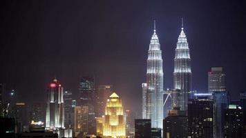 timelapse de la noche de kuala lumpur con rascacielos iluminados