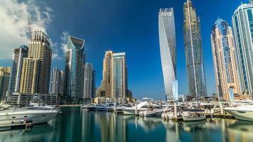 vista de las torres más altas de la marina de dubai en duba timelapse hyperlapse