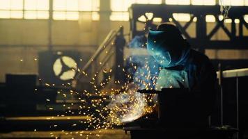 Schweißer bei der Arbeit in der Metallindustrie