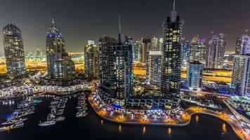 schöne Luft Draufsicht bei Nachtzeitraffer von Dubai Marina in Dubai, VAE