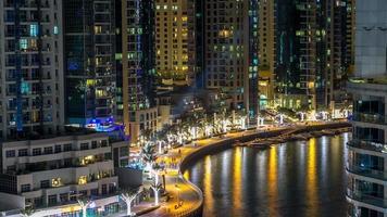 lungomare di dubai marina timelapse di notte, emirati arabi uniti. vista dall'alto